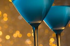 杯细节在桌上的蓝色鸡尾酒 库存照片