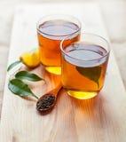 杯绿茶和柠檬在木桌上 库存照片