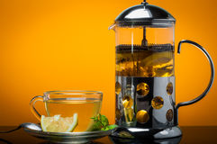 杯绿茶和绿色叶子和切片柠檬 免版税图库摄影