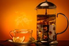杯绿茶和绿色叶子和切片柠檬 免版税库存照片