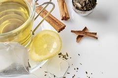 杯绿茶有桂香和柠檬顶视图 库存图片