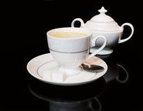 杯coffe和在黑背景的糖罐 库存照片