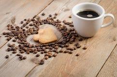 杯coffe和框架心脏从咖啡豆和两曲奇饼心脏 免版税库存照片