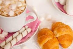 杯coffe用蛋白软糖和新月形面包 免版税图库摄影