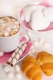 杯coffe用蛋白软糖和新月形面包 库存图片