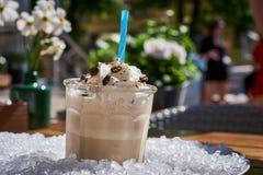 杯Iced冰冻咖啡,在堆冰 与冰的选择聚焦 库存图片