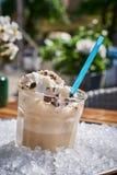 杯Iced冰冻咖啡,在堆冰 与冰的选择聚焦 图库摄影