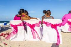杰伊和朱丽叶婚姻党南海滩的 免版税库存图片