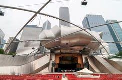 杰伊Pritzker音乐亭子是其中一首要的室外圆形露天剧场在芝加哥,在中心位于千禧公园 图库摄影