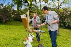 绘杰作的两位中年不分心的画家 免版税库存照片