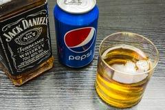 杰克丹尼尔` s田纳西威士忌酒 一杯与冰的威士忌酒和 免版税库存照片