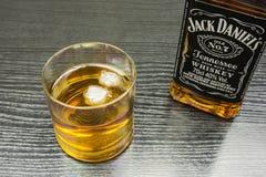 杰克丹尼尔` s田纳西威士忌酒 玻璃冰威士忌酒 库存图片