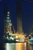 杰克石油钻井船具在造船厂在晚上 库存照片