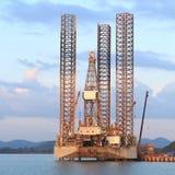 杰克石油钻井船具在造船厂 免版税库存图片