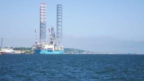 杰克石油钻井船具在维护的造船厂在邓迪 股票视频