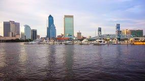 杰克逊维尔,佛罗里达横跨圣约翰` s河的市地平线 库存图片
