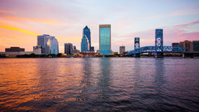 杰克逊维尔,佛罗里达在日落商标的市地平线被弄脏 免版税库存图片