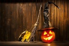 杰克o灯笼万圣夜在木背景的南瓜面孔 免版税库存图片