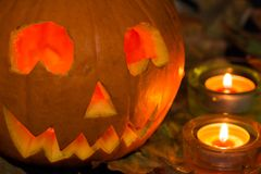 杰克o灯笼在蜡烛,秋叶中的/Halloween南瓜 免版税图库摄影