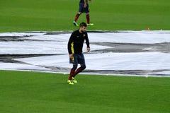 杰勒德piqué做准备在比赛前的, /Football-Soccer超级明星,巴塞罗那足球俱乐部defenser,西班牙 免版税库存照片