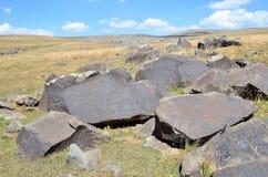 杰尔穆克,亚美尼亚,与刻在岩石上的文字的石头7 图库摄影
