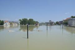 杰尔, HUNGARY/EUROPE - 2013年6月8日:洪水多瑙河在街市的杰尔,匈牙利 免版税库存图片