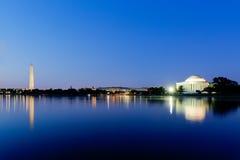 杰斐逊纪念品和华盛顿纪念碑在黄昏在bl期间 免版税库存图片