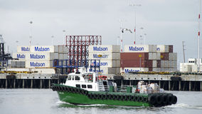 杰米李用通过奥克兰的港供应装载了 免版税库存照片