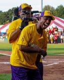 杰费奥斯本获得乐趣在他的慈善垒球赛 免版税库存照片