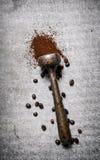 杵用碾碎的咖啡 库存照片