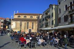 松弛人民威尼斯室外咖啡馆 免版税库存照片