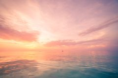 松弛和风平浪静视图 打开海洋水和日落天空 平静的自然背景 无限海天线 库存图片