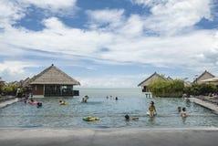 松弛无限游泳池生活方式概念 免版税库存照片