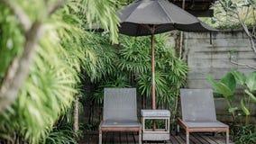松弛椅子在庭院里 免版税库存图片