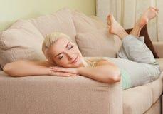 松弛沙发妇女 免版税库存图片