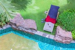 松弛游泳池边游泳池椅子 免版税库存照片