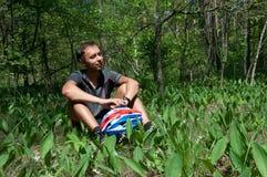 松弛自行车骑士在具球果森林里春天 库存照片