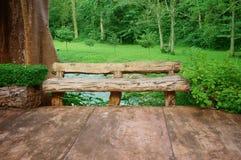 松弛角落一把木椅子  免版税库存照片