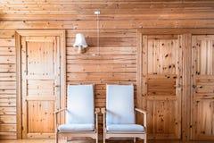 松林内墙、扶手椅子和门,客舱村庄 库存图片