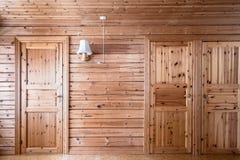 松林内墙和门,客舱村庄 免版税库存图片
