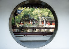 松江被喝的白色水池圆的门 免版税图库摄影