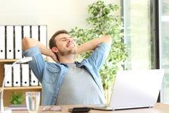 轻松的企业家在办公室 免版税库存图片