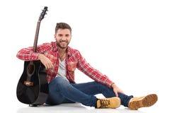 轻松的吉他弹奏者 免版税库存照片