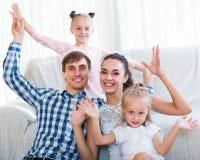轻松的四口之家摆在 免版税库存照片