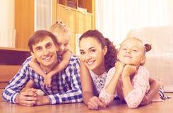 轻松的四口之家摆在 免版税库存图片