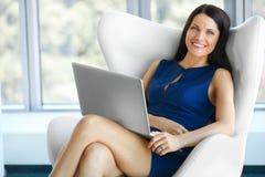 轻松的女商人画象在办公室 放松和自由 免版税库存图片