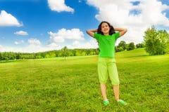 轻松的女孩在公园 免版税库存照片
