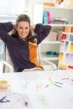 轻松的时装设计师画象在办公室 免版税库存图片