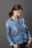 轻松的美好的中部变老了闪光用在口袋的手的妇女 图库摄影