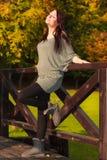 轻松的镇静孕妇在室外的公园 免版税库存图片